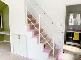キッチンから見るオープン階段とスッキリシンプルなフラットバー手摺