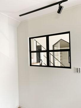 窓の近くにアイアン手すり!黒い窓枠とも相性ピッタリ。