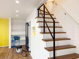2階から3階へ上がる階段にスチール手摺