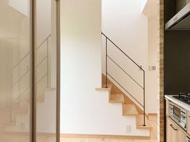 自然光がオープン階段のフラットバー手すりを照らします