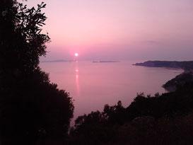 Traumhafter Sonnenuntergang über den diapontischen Inseln