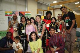 国連大学GEOCにて民族衣装姿で報告会を行いました