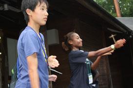 みんなで作った「竹とんぼ」を飛ばして楽しみました