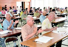 石垣市政奪還を誓う総会決議が拍手で承認された=13日、大川公民館
