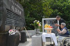 尖閣列島戦時遭難者慰霊祭が開かれた=3日、同慰霊碑