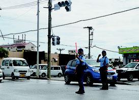 停電が影響し信号機も機能停止。警察官が交差点で交通整理した=6日、真栄里