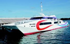 大型高速船が入港した=23日、離島ターミナル桟橋