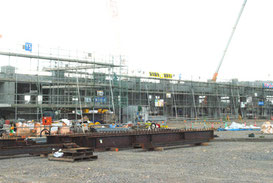 旧石垣空港跡地で建設が進む新八重山病院=18日午後