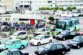 交通規制の迂回ルートでは渋滞ができた=26日、離島ターミナル前