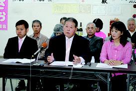 石垣市長選へ向けた政策を発表する宮良氏(中央)=17日、後援会事務所