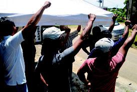 各陣営で必勝を期してガンバロー三唱が行われた=4日、西表島