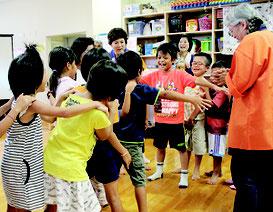体全体を使ったじゃんけんゲームで楽しむ児童ら=28日、石垣市子どもセンター