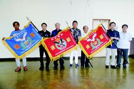総合、上り、御願の新優勝旗が贈呈された=26日午後、八重山漁協