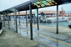 終日全便欠航となった石垣港離島ターミナル=13日午後