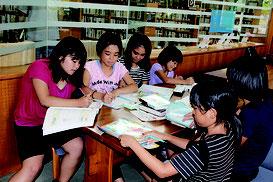 夏休みの宿題にラストスパートをかける生徒ら=30日、石垣市立図書館