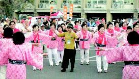 郷友と地元住民のパレードなどが行われた2013年の「全国のやいまぴとぅ大会」(八重山広域市町村圏事務組合提供)