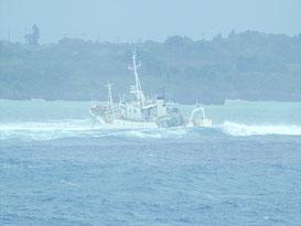 川平湾入口周辺で座礁したモンゴル船籍の漁船=10月4日(石垣海上保安部提供)