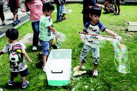 シャボン玉遊びに興ずる子どもたち=5日、沖縄県立石垣青少年の家