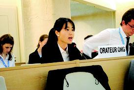 国連人権理事会で演説する我那覇さん=14日、ジュネーブ
