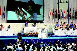 「大使ノート」が発表され、歓喜の声と拍手の中、大会は締めくくられた=8日、沖縄コンベンションセンター