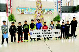 石垣市内の小中学生がスポーツ交流のため北海道稚内市に出発した=24日午前、新石垣空港