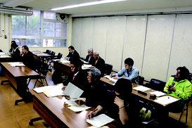 説明を受ける候補者や代理人ら=29日、石垣市役所会議室