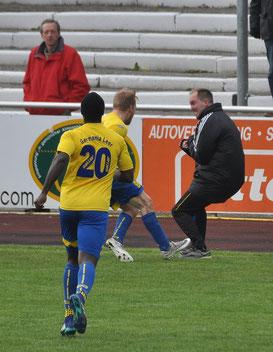 Großer Jubel: Till Hockmann feiert sein Tor zum 1:0 mit Trainer Michael Zuidema.