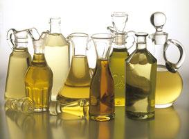 Diverse Karaffen mit Pflanzenölen
