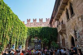 Überfüllter Innenhof - Haus der Julia Capulet, Verona, Italien