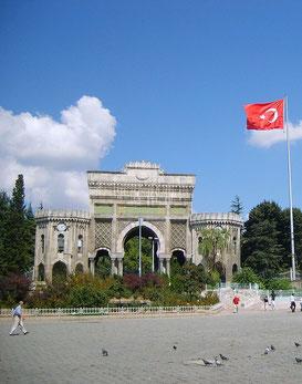 Haupteingang der Universität Istanbul; Sie ist die älteste (Gründung 1453) und größte Universität der Türkei.