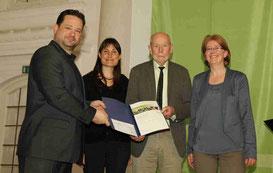 Francoise Schmit (SVS), Franz Preiss (NABU Lörrach) und Christine Hercher (NABU Südbaden) nehmen die Urkunde aus der Hand von Minister Bonde entgegen