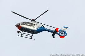 Ein Hubschrauber unterstützt die Fahndung aus der Luft.