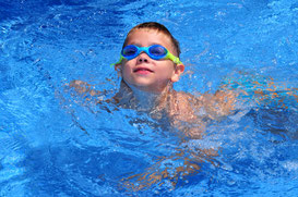 Wann sollte mein Kind schwimmen lernen?
