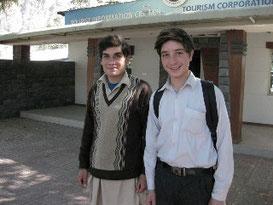 情報センターの前に立つシェル・ワヒード(左)と弟のシャキール・カーン