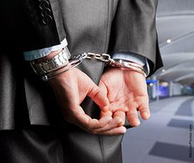 Symbolbild Verhaftung in Handschellen