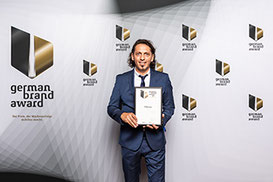 Matthias Schwind, Corporate Identity & Design Manager PM-International AG, nahm den German Brand Award in Berlin entgegen.