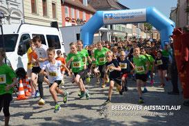 Start zum 5. Altstadtlauf. In grün unverkennbar die Beeskower Leichtathleten (Foto: Lehmann)