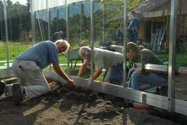 Bild: Architekt Bernhard Schroeder (links) weiß aus Erfahrung, worauf bei Auswahl und Bau eines Gewächshauses zu achten ist. (Foto: R. Meyer)