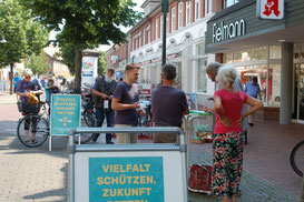 (Foto: Roland Meyer) Im Kreis Rotenburg – hier ein Stand in Rotenburg – sind fast 4.000 Unterschriften zusammengekommen. Dafür danken die Initiatoren herzlich.