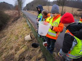 Kinder kontrollieren einen Krötenschutzzaun (Foto: Archiv)