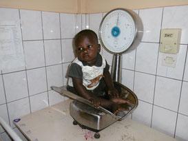 bébé africain dans une balance