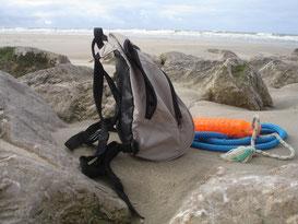 Sac à dos de balade, jouet apportable et longe posés sur un épi, plage de Berck