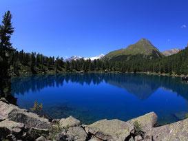 Der wunderschöne tiefblaue Lago di Saoseo im Val di Campo