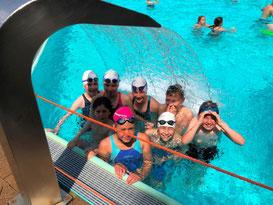 Abkühlung in Senne: Nicole Kirsch, Leonie Haering, Ina Köllemann, David Lange, Max Hallau (hinten von links), Junis Taktak, Chelsea Nwosu, David Munteanu (vorne von links)