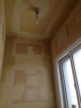 トイレ天井壁塗装前パテ処理画像