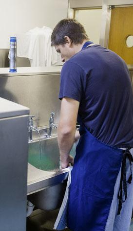 Ist der  angeschlagene Küchengehilfe auch wirklich zuverlässig? Die IV bietet Firmen die Möglichkeit an,  versicherte Personen  in Arbeitsversuchen zu testen – gratis und franko.
