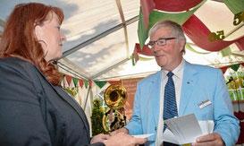 Der stellvertretende Kreispräsident Volker Susemihl dankte Leiterin Anja Wedtgrube mit einem Geldgeschenk für gute Arbeit.