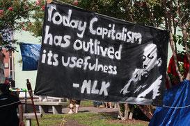 Баннер демонстрантов со словами и образом Кинга