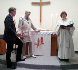 Pfarrerin Petra Schramm und Jan Kramer bedanken sich bei Frau Susanne Zwerenz für die wunderschöne handgearbeitete Altardecke in Odersbach.