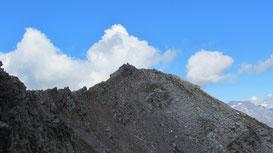 Il Pizzo Giezza m. 2658 visto dall'anticima con la cresta da percorrere per raggiungerlo.